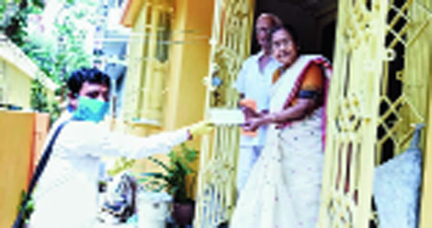 Sisir Roy and his wife Chitra hand over a cheque for Rs 10,001 to a civic official