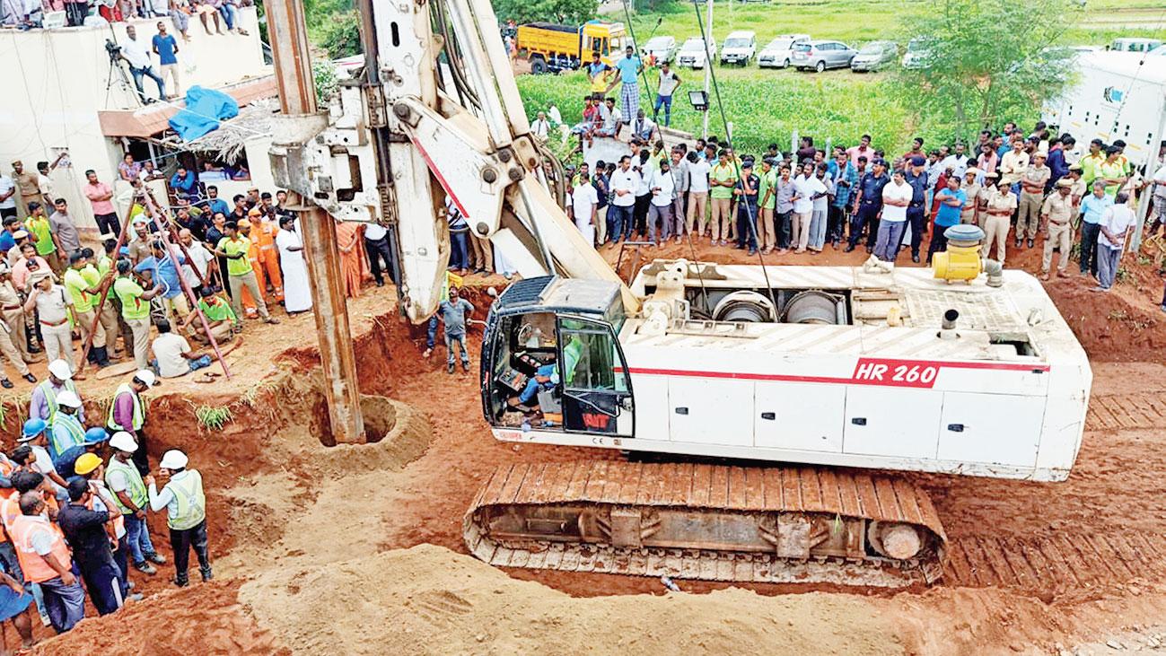 Rescue operations at Nadukattupatti, Tiruchirappalli, Tamil Nadu.