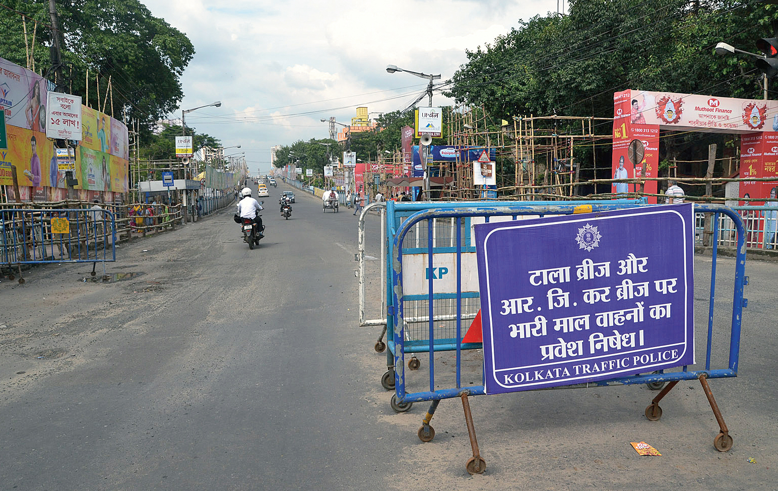A signboard near the Tallah bridge that reads no heavy vehicles will be allowed on the bridge and the RG Kar bridge.