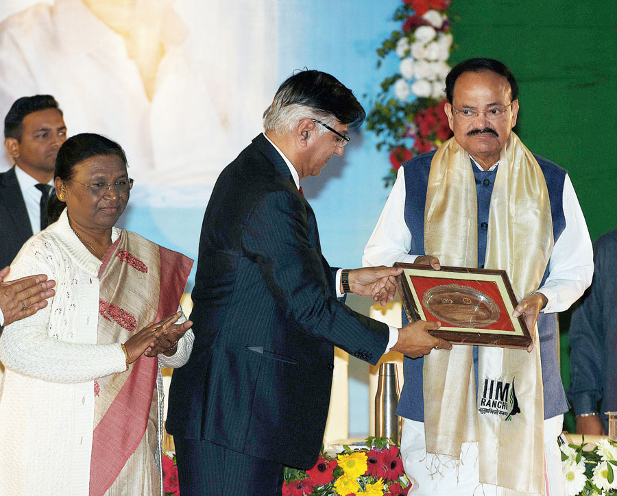 Board chairman of IIM Ranchi Praveen Shankar Pandya felicitates Vice President M Venkaiyah Naidu as governor Droupadi Murmu looks on at the Ranchi University's Aryabhatta Auditorium on Sunday.