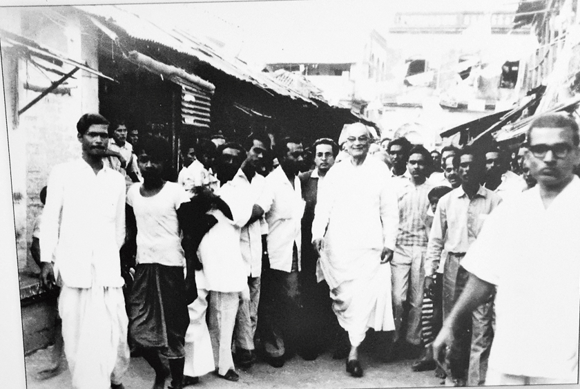 Bidhan Chandra Roy campaigns before the elections in Chowringhee in 1962