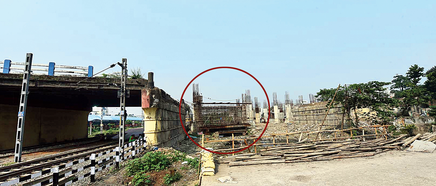 A portion of the Majerhat bridge above the railway tracks. The part of the bridge that still stands will be dismantled to make way for a new one;  (circled) the elevated platform on which the Joka-Esplanade Metro tracks will be laid.