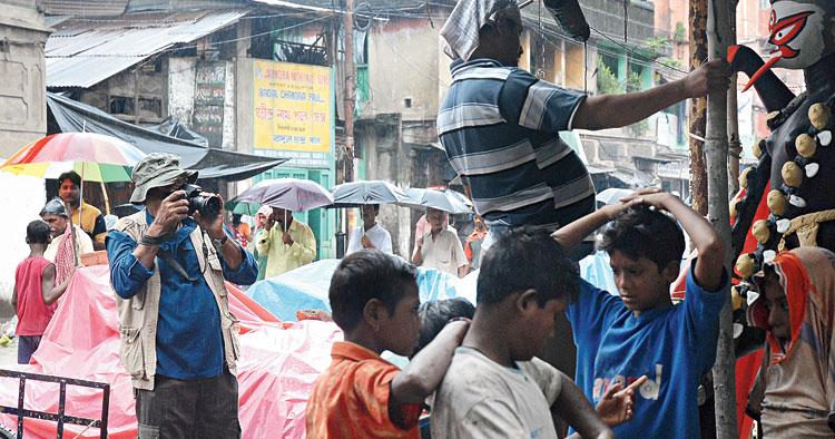 Rai photographing idol makers in Kumartuli, Calcutta