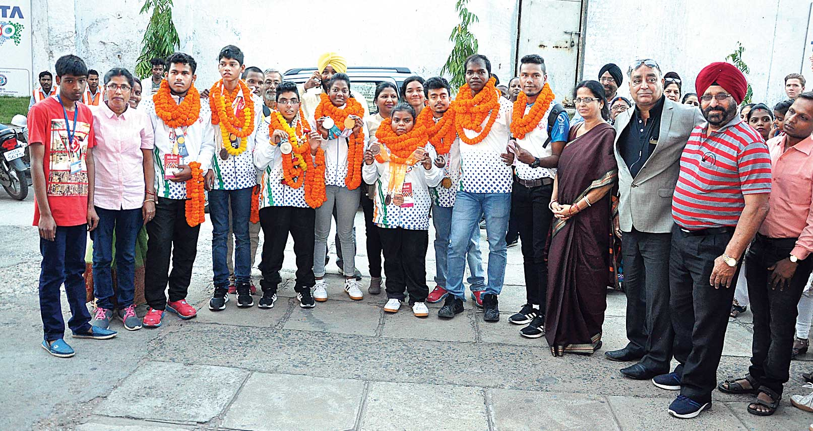 Special players Priyanshu Patro (third from left onwards), Shubham Chaurasia, N Sai Krishna, Monika Mahto, Neha Rajak, Rohit Nag and mentors Lakhan Hansda and Md Sajid pose with functionaries of Special Olympics Jharkhand upon their arrival at JRD Tata Sports Complex in Bistupur, on Saturday.