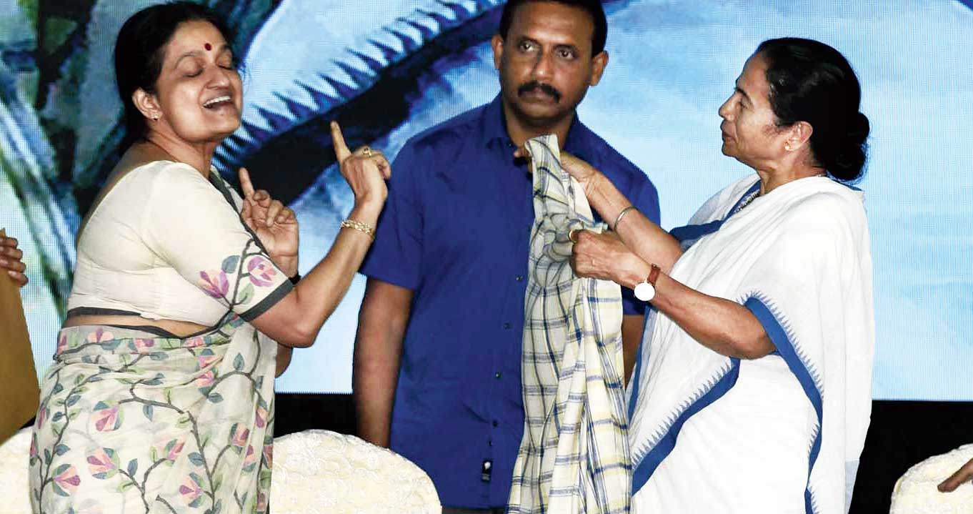 Lohia was initially reluctant to take the stole gifted to the chief guest but relented on Mamata's insistence.