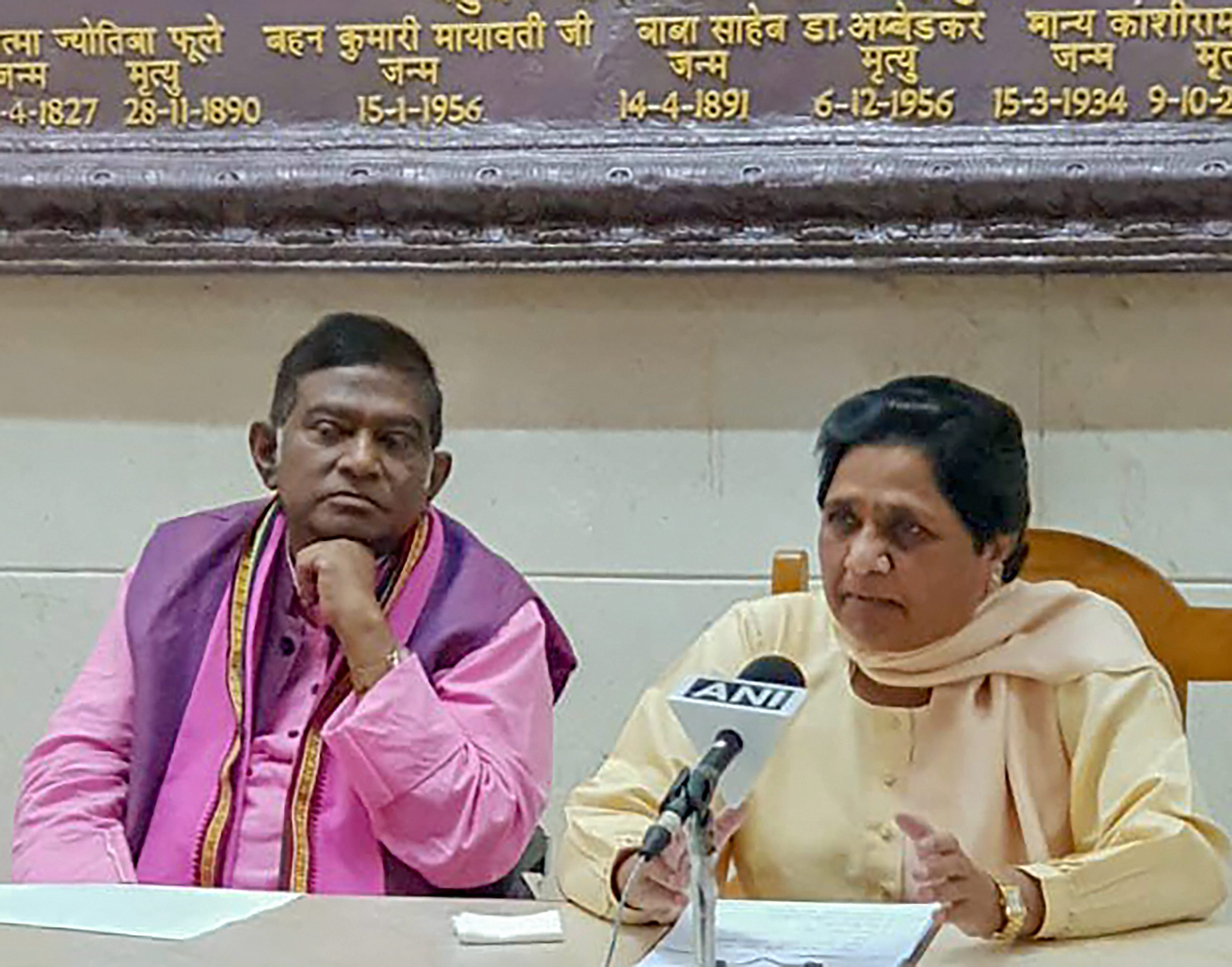 BSP chief Mayawati and Janata Congress president Ajit Jogi at the news conference in Lucknow on September 20 to announce their alliance for elections in Chhattisgarh.