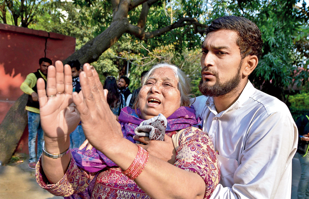 Kuresha, mother of Mohd Irfan, weeps as she requests hospital staff not to conduct a post-mortem of her son's body, outside the mortuary of GTB Hospital in New Delhi on Thursday. Irfan died in the violence