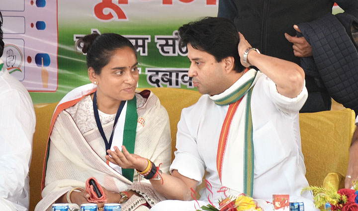 Jyotiraditya Scindia speaks with Jharia Congress candidate Purnima Singh during the election rally at Jealgora in Dhanbad's Jharia on Tuesday.