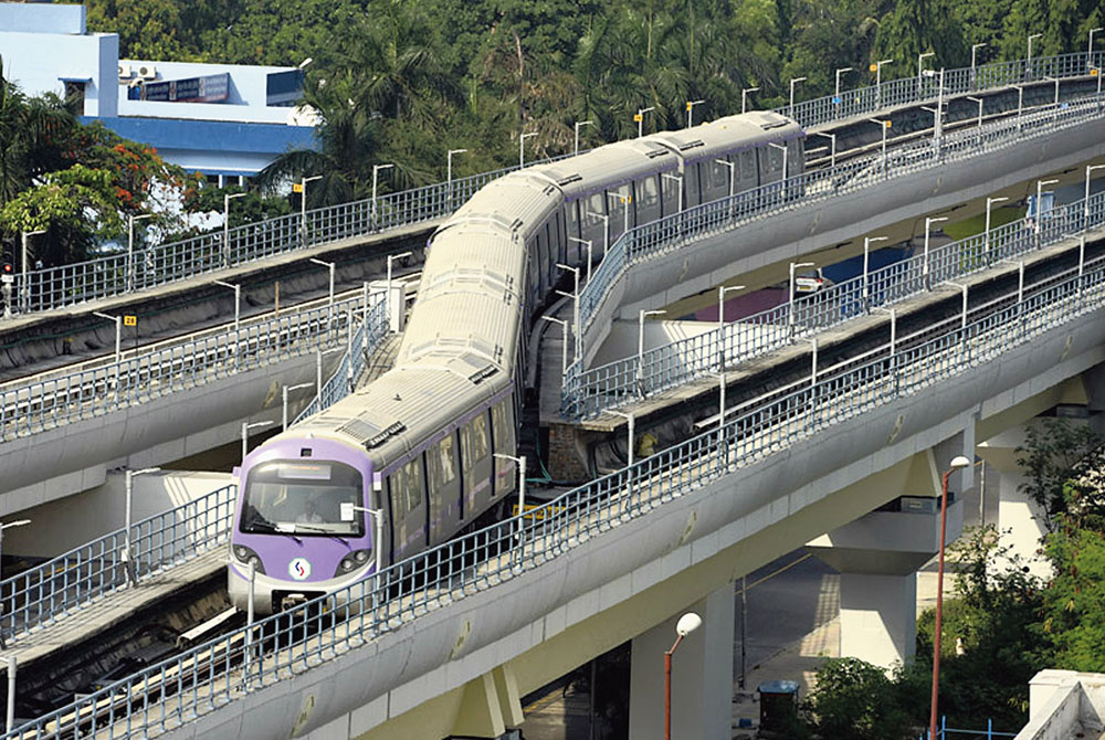 An East-West Metro rake at a sharp curve at the start of a 1,000-hour trial run on Tuesday. A glitch was detected while rakes were negotiating such sharp curves during an earlier trial run.