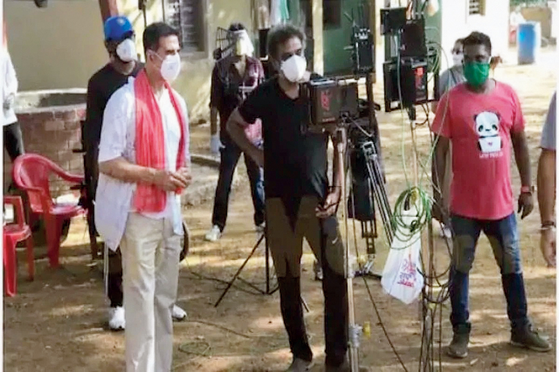 R. Balki (in black T-shirt) with Akshay Kumar (left) on the sets of the shoot