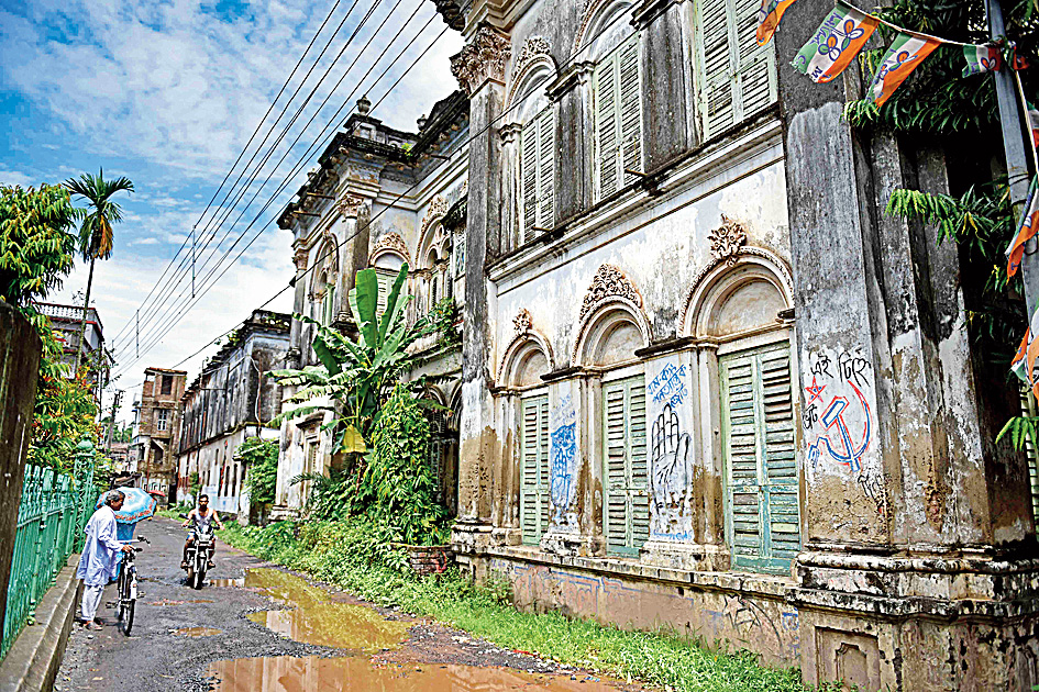 The Sawoo Mansion usually remains closed; most of the family lives in Calcutta now. The house was founded by Patit Chandra Sawoo 200 years ago and extended by his son Rai Bahadur Upendra Nath Sawoo