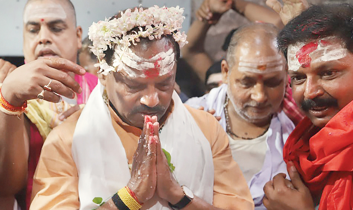 Chief minister Raghubar Das offers prayers at Baidyanath Dham in Deoghar on Friday.