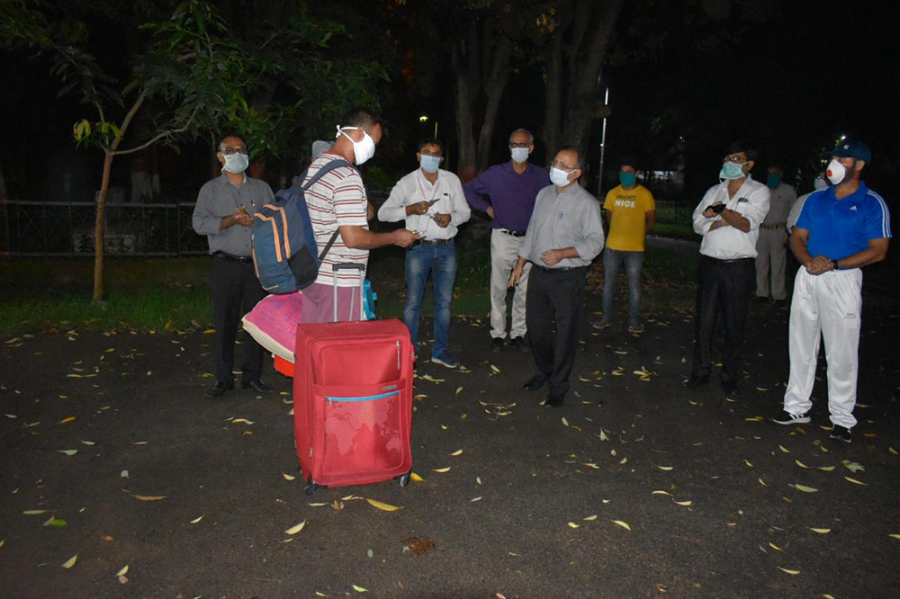 The CISF personnel with doctors of the hospital and health department officials