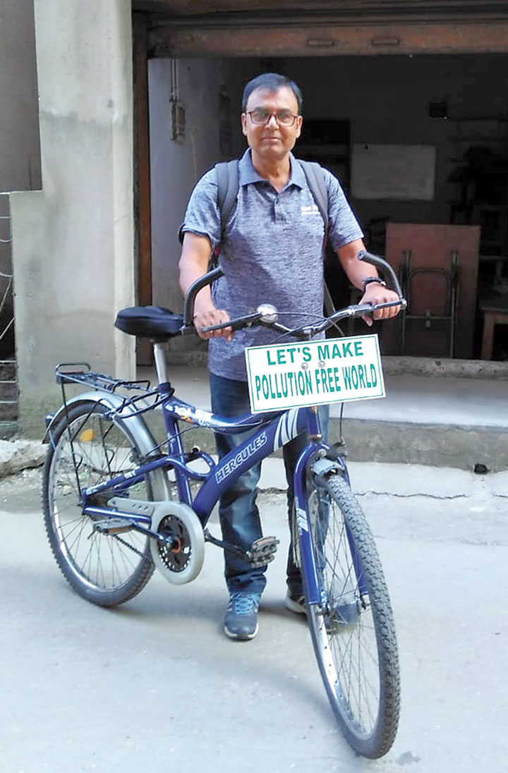 Jayant Kumar Bhuyan displays the pollution-free placard on his cycle in Jamshedpur on Tuesday