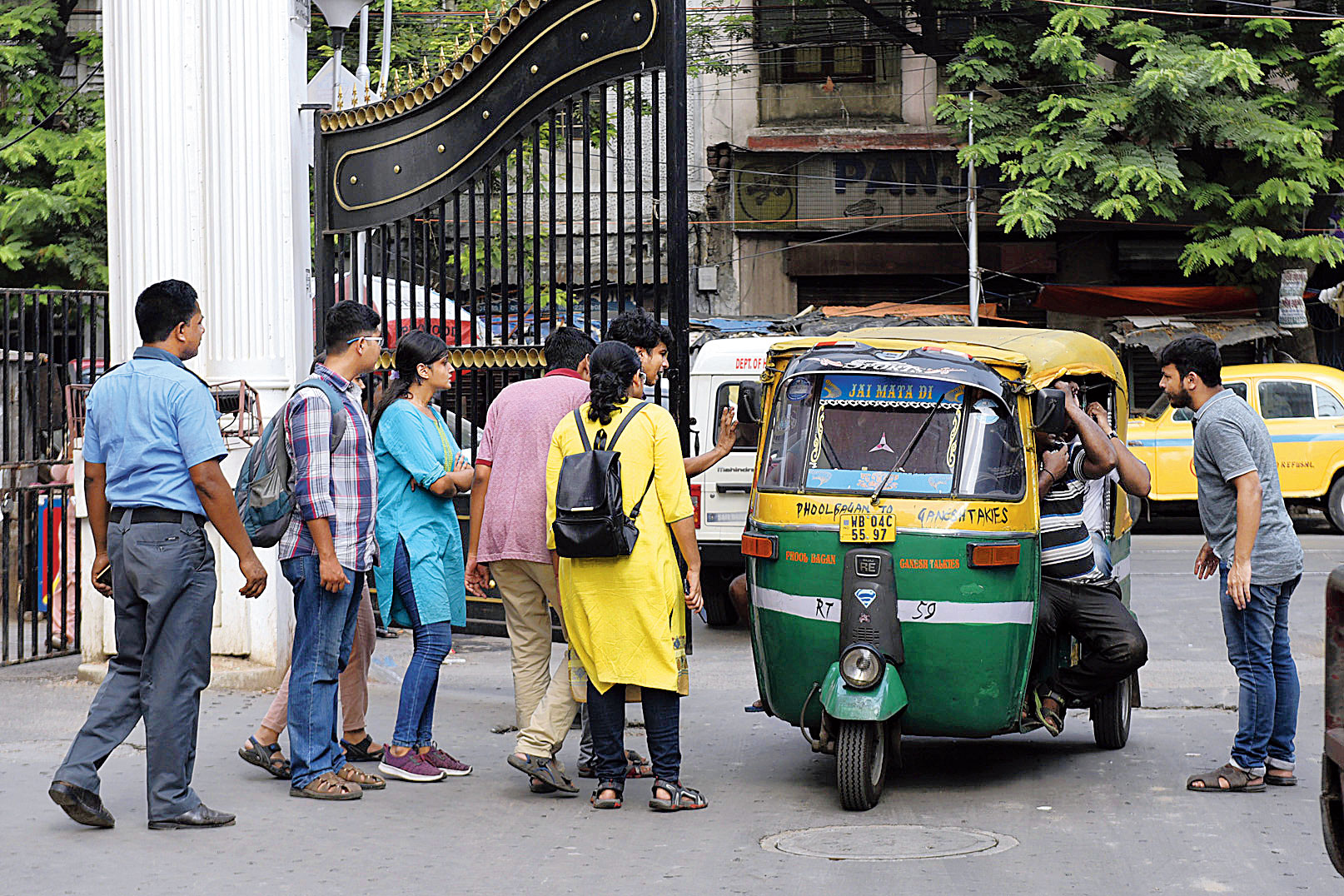 The auto carrying Prasad (head wrapped in a gamchha) and relatives had barely entered the College Street campus through gate No. 3 when a group of junior doctors stopped it.