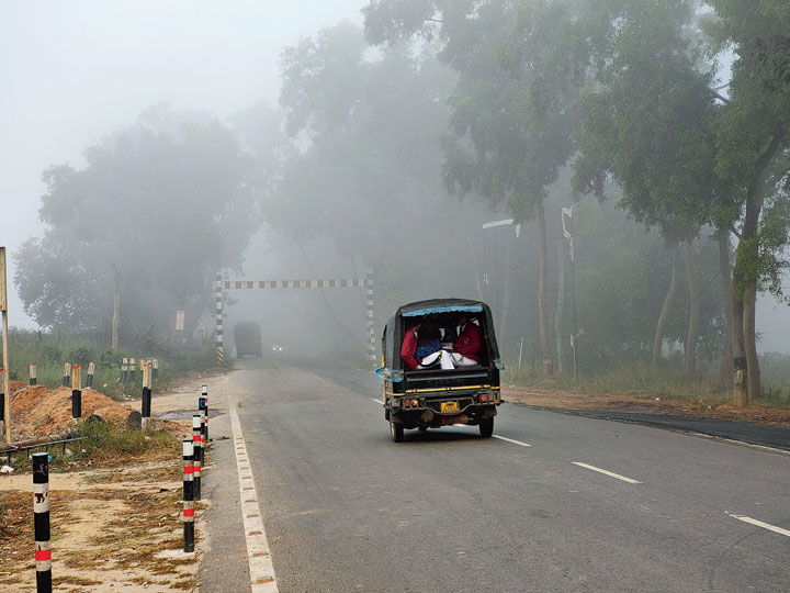 An auto-rickshaw negotiates Ranchi-Purulia Road shrouded in fog