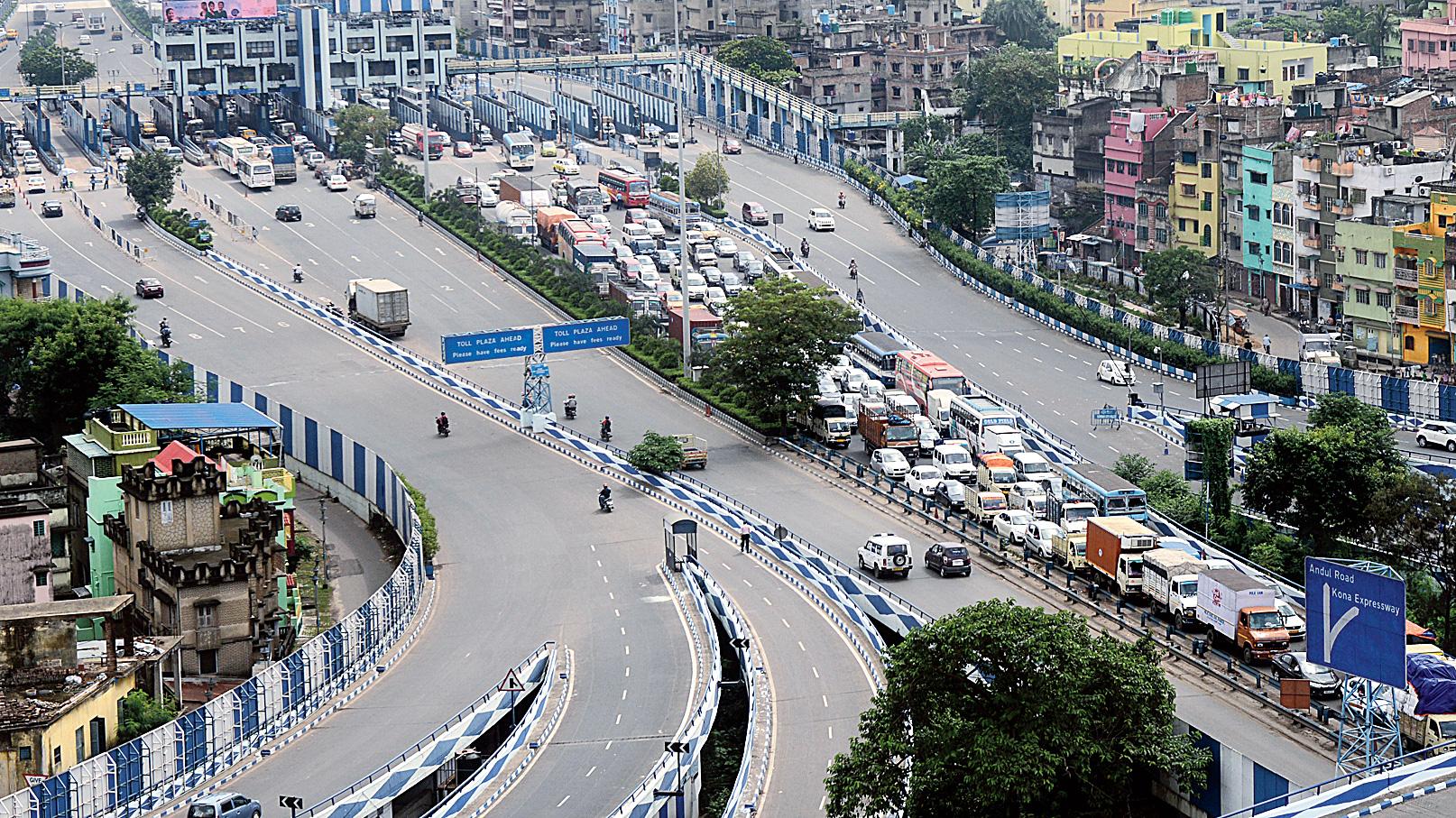 A long queue of vehicles on the city-bound flank of Vidyasagar Setu on Saturday morning.
