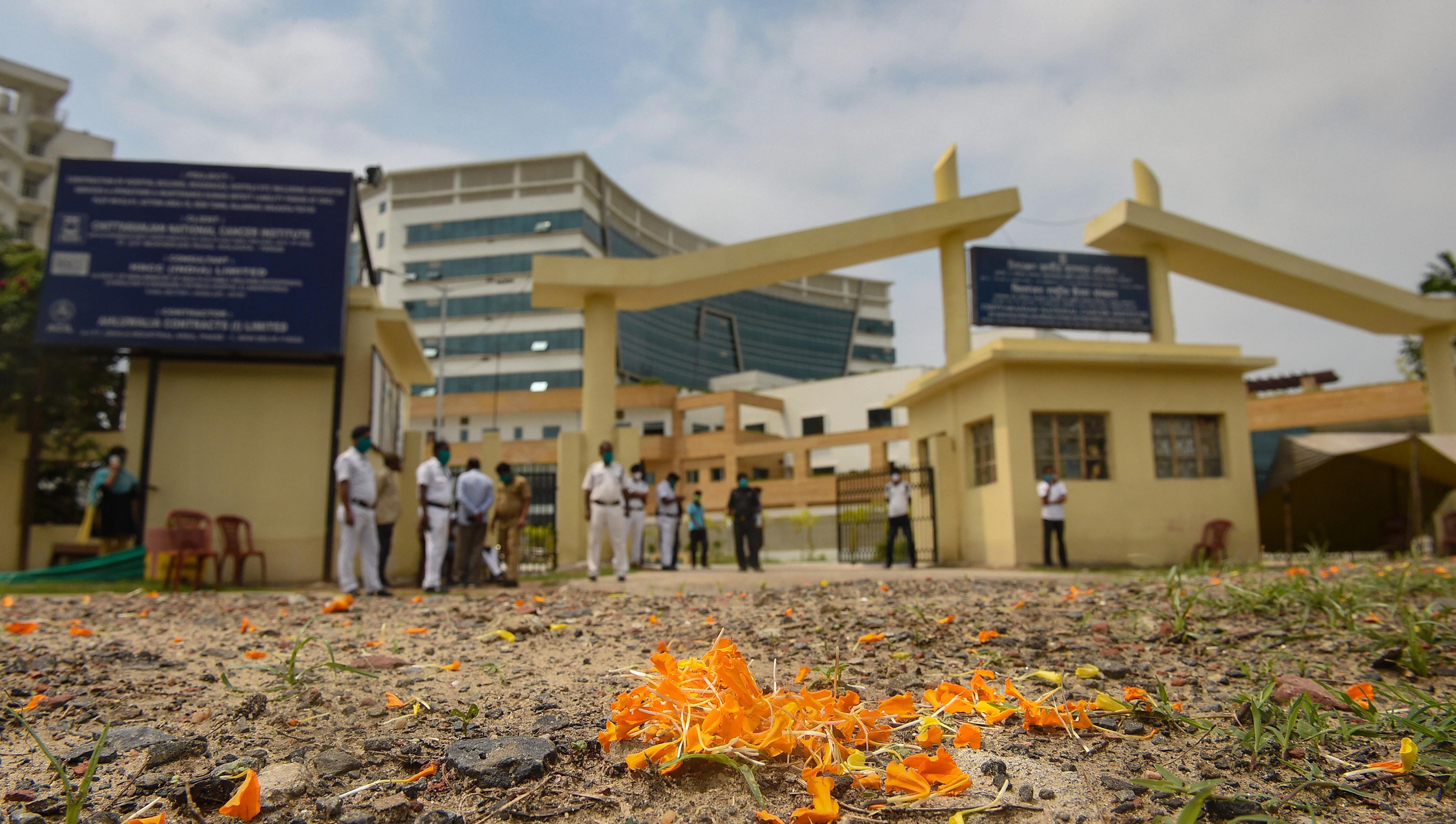 An Army helicopter showers flower petals on medics to express gratitude for their services in the fight against Covid-19 at Chittaranjan National Cancer Institute, during the nationwide lockdown imposed in the wake of coronavirus pandemic, in Calcutta, Sunday, May 03, 2020.