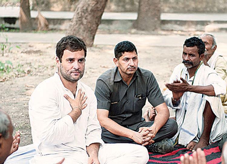Rahul Gandhi talking to villagers in Amethi