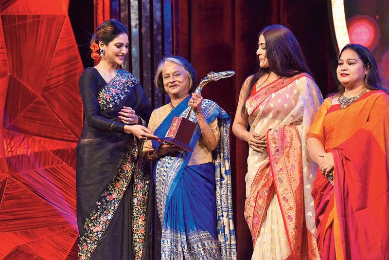 Nandita Raja receives her award from Nusrat Jahan, Gargee Roychowdhury and Joita Sen, head of concept and design at Senco Gold and Diamonds.