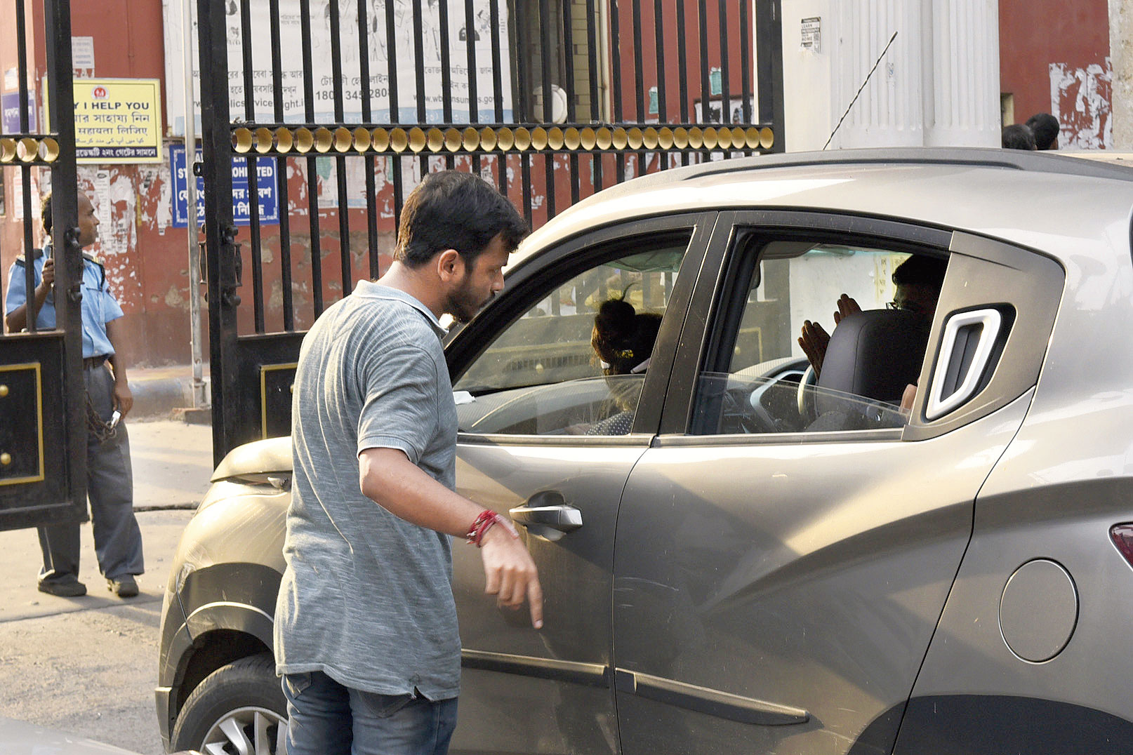 Striking junior doctors at the Calcutta Medical College and Hospital stopped a car carrying relatives of a patient at gate No. 3 on Sunday. Shoumik Saha, who had come with his family members to visit his mother-in-law Shikha Sen, was asked to park his car outside the hospital compound.
