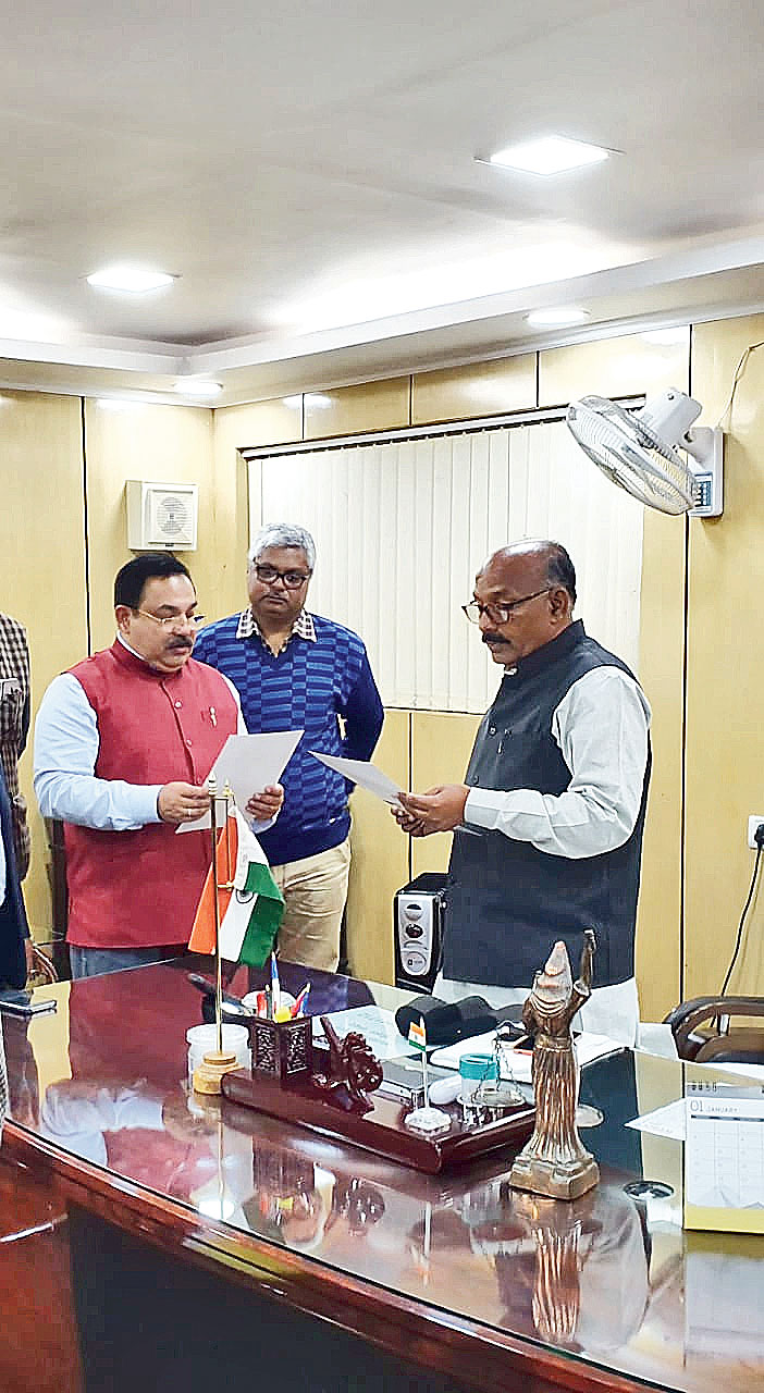 Speaker Rabindra Nath Mahato (right) administers the oath of office on Friday to Glen Joseph Galstaun (left) as the nominated Anglo-Indian MLA.