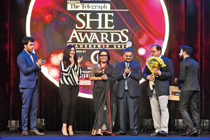 Aparna Sen receives her award from Rituparna Sengupta, Abir Chatterjee and Sanjay Jhunjhunwala, CEO Mani Group and owner of JW Marriott Kolkata and V.N. Chaturvedi, secretary general, Vidya Mandir Society.