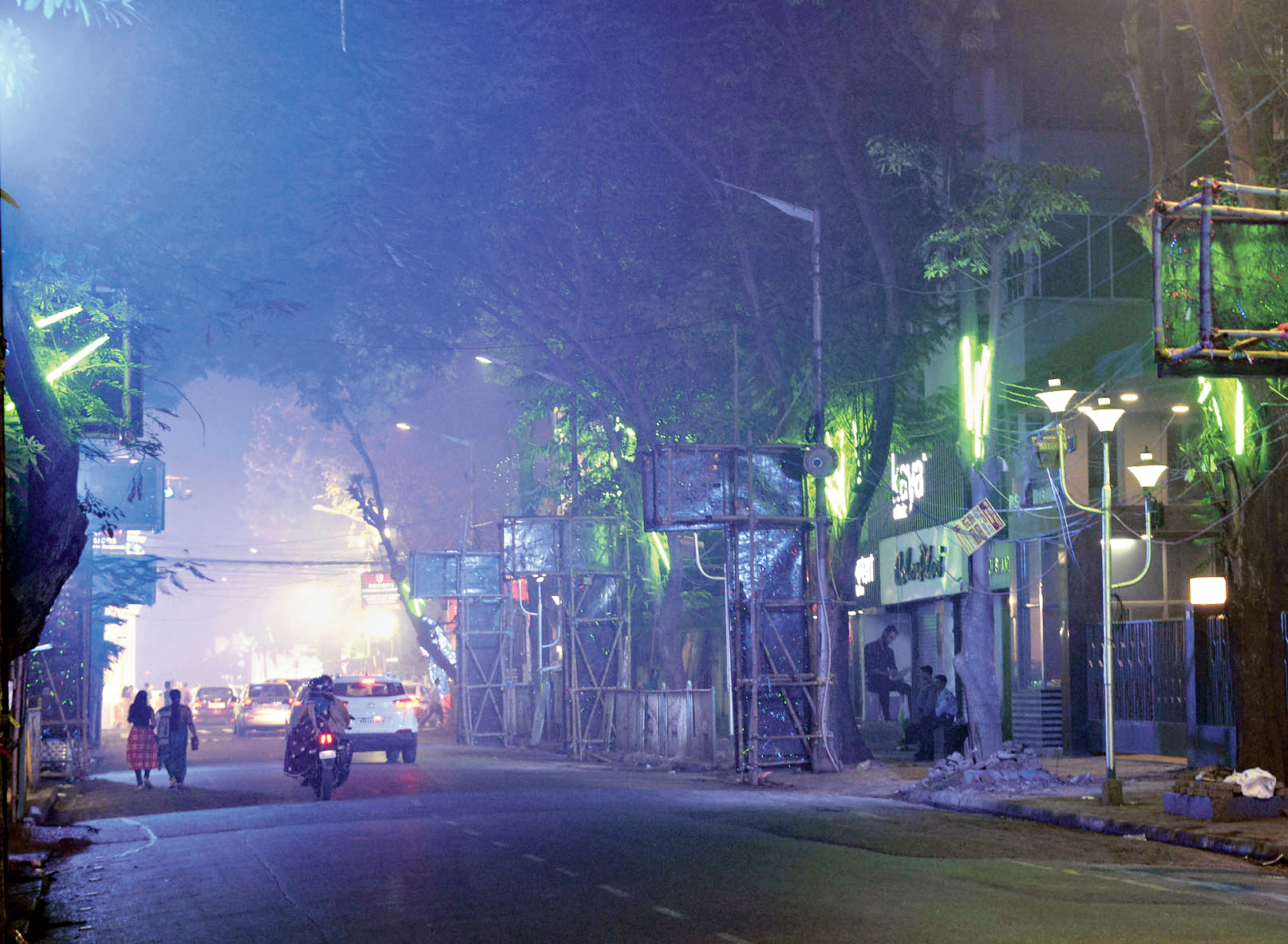 SMOKESCREEN: Loudon Street in south Calcutta covered in haze around 12.50 am on Wednesday.