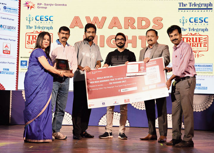 Shimanti Biswas (left), regional manager, The New India Assurance, and Debasish Banerjee, managing director, distribution, CESC, and Prosenjit (second and third from right) with the members of Behala Natun Dal, winners of True to Social Commitment award