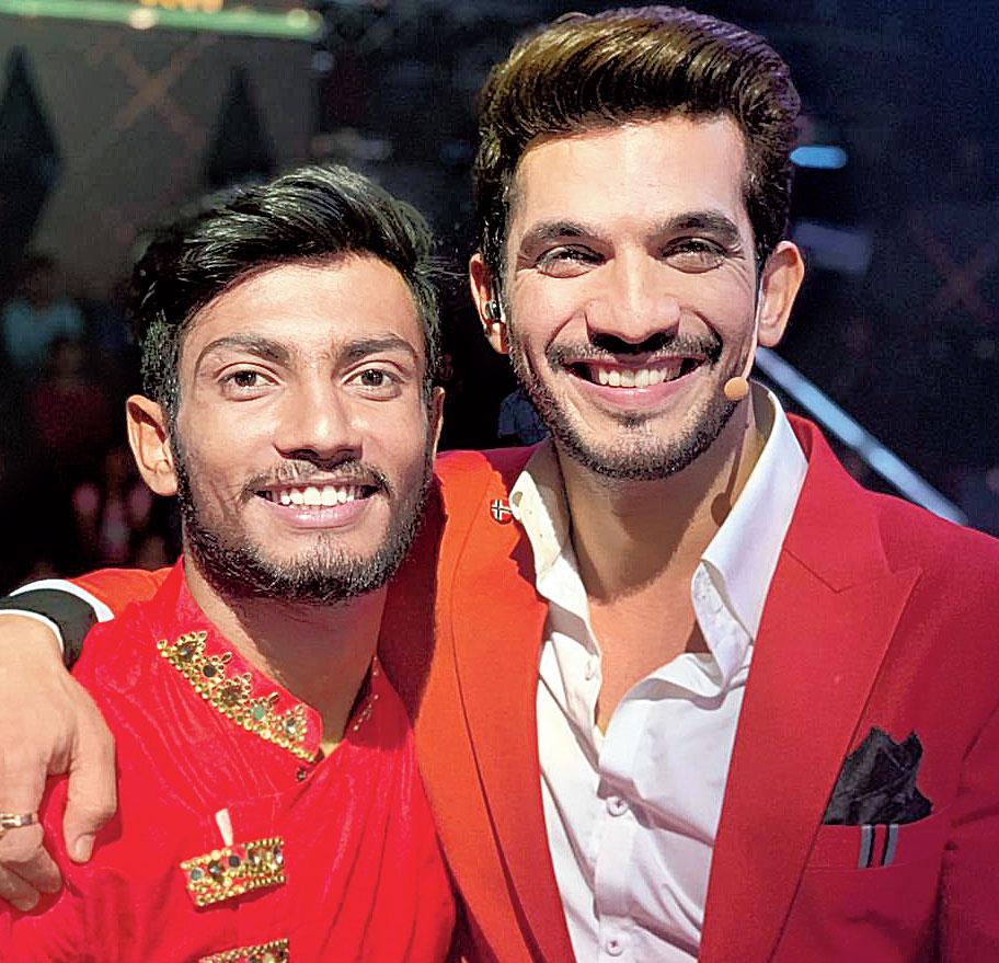 Vishal Sonkar (left) with 'Dance Deewane 2' host Arjun Bijlani