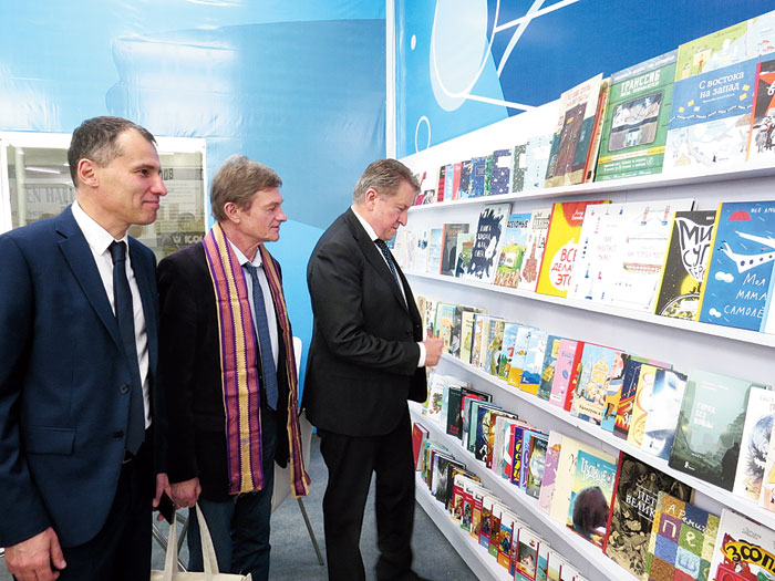 Ambassador Kudashev visits the stall of Russia, the theme country this year