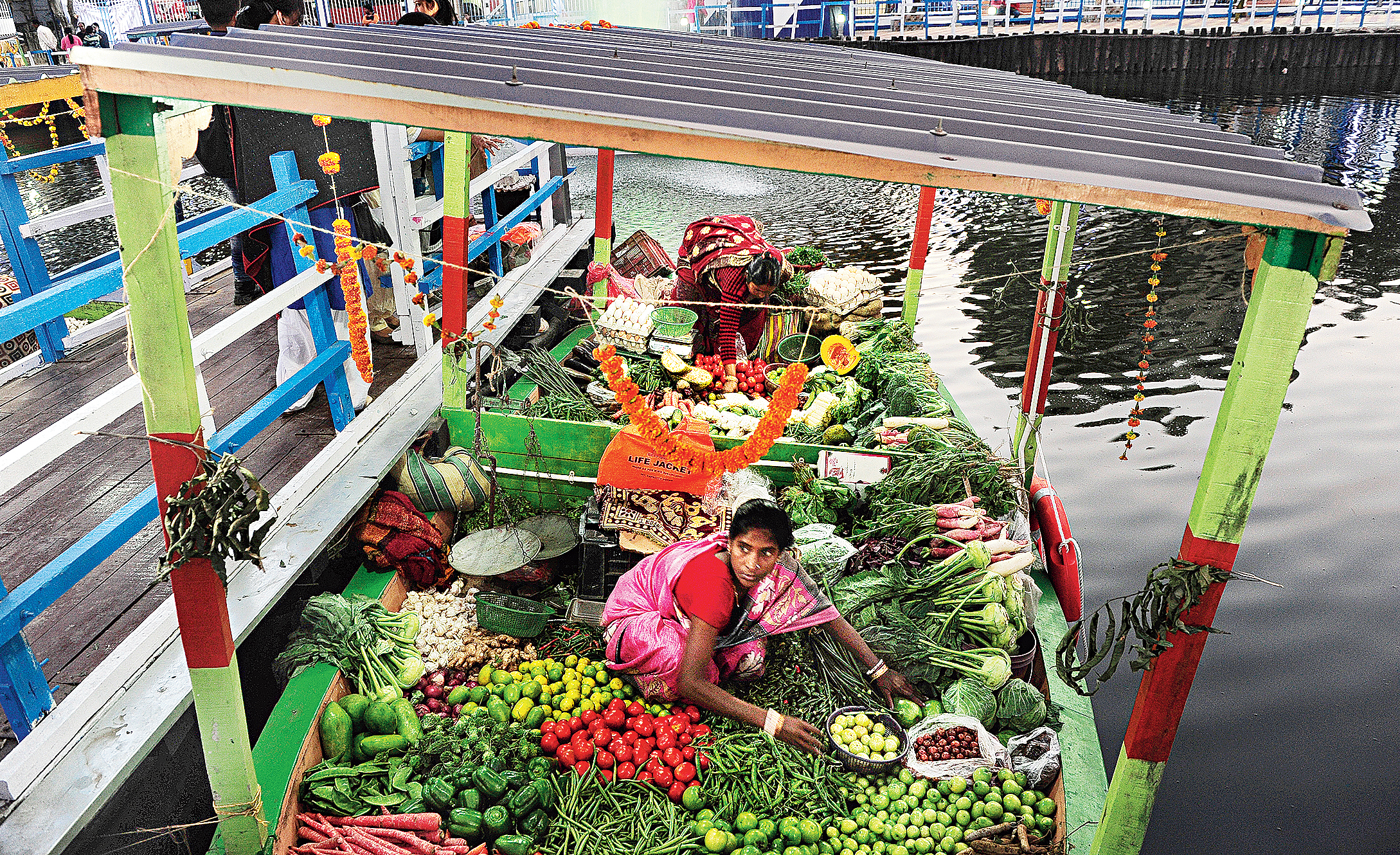 Birds disappear as India's first floating market flourishes