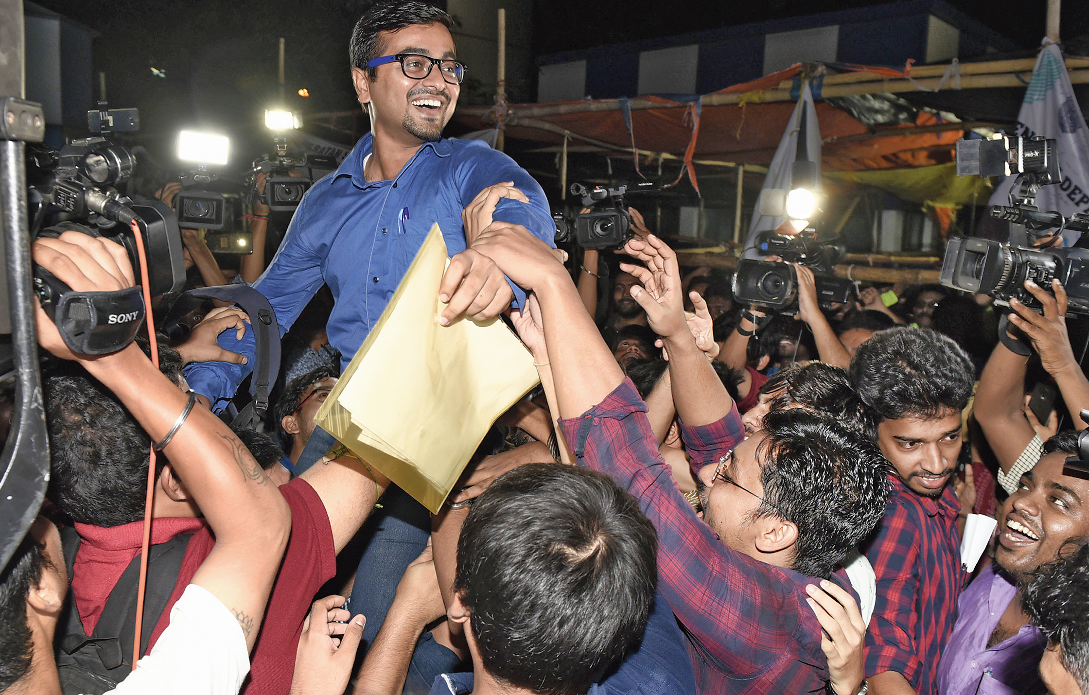 Junior doctors hoist a member of the team that met chief minister Mamata Banerjee at Nabanna on their shoulders after the representatives returned to NRS Medical College and Hospital on Monday evening.