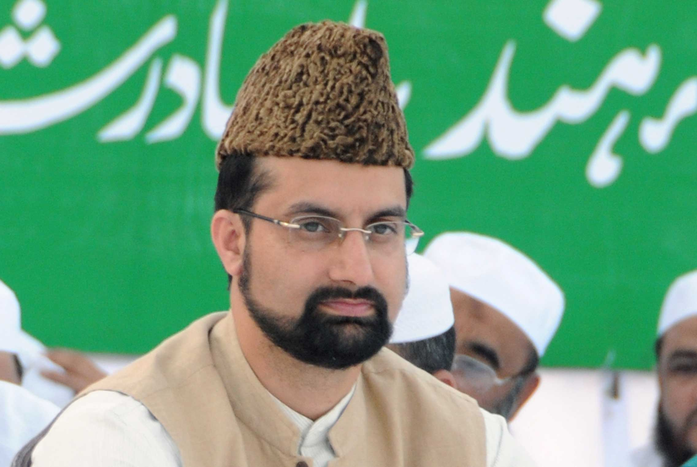 Masked youths grab Mirwaiz pulpit, briefly