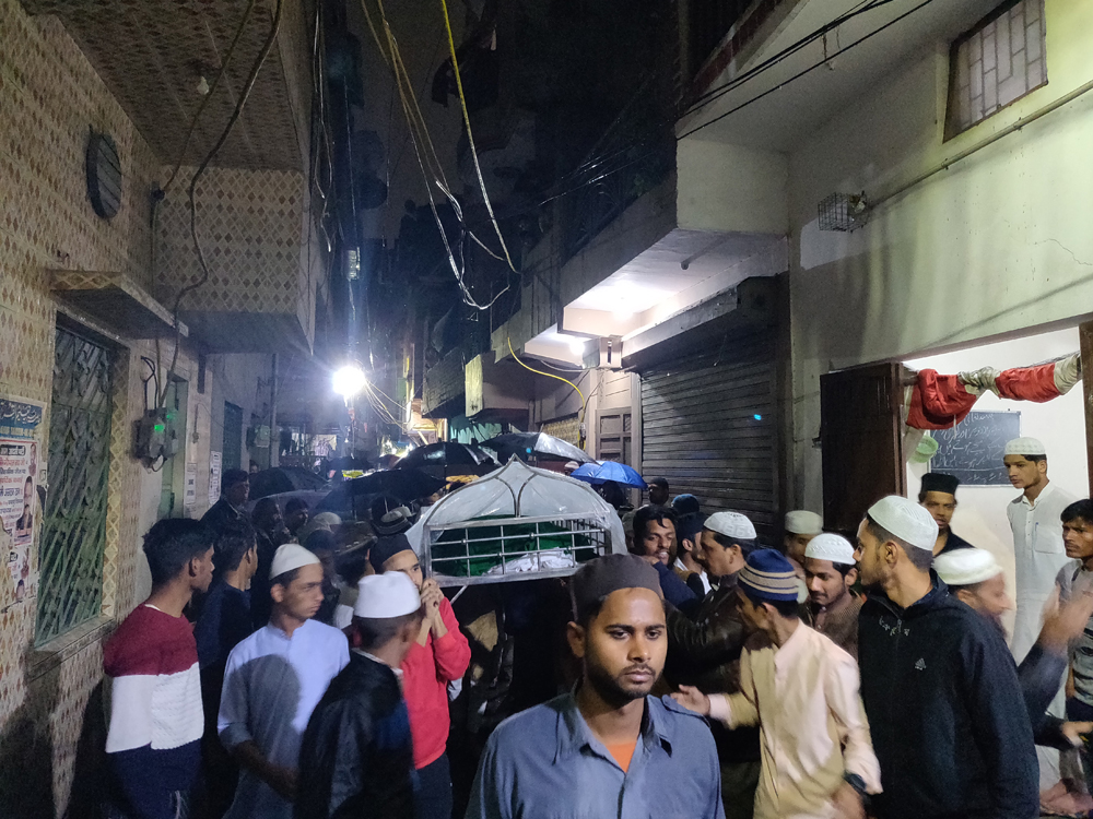 Family members and local residents carry 23-year-old Faizan's body to a graveyard in Kardampuri in Delhi