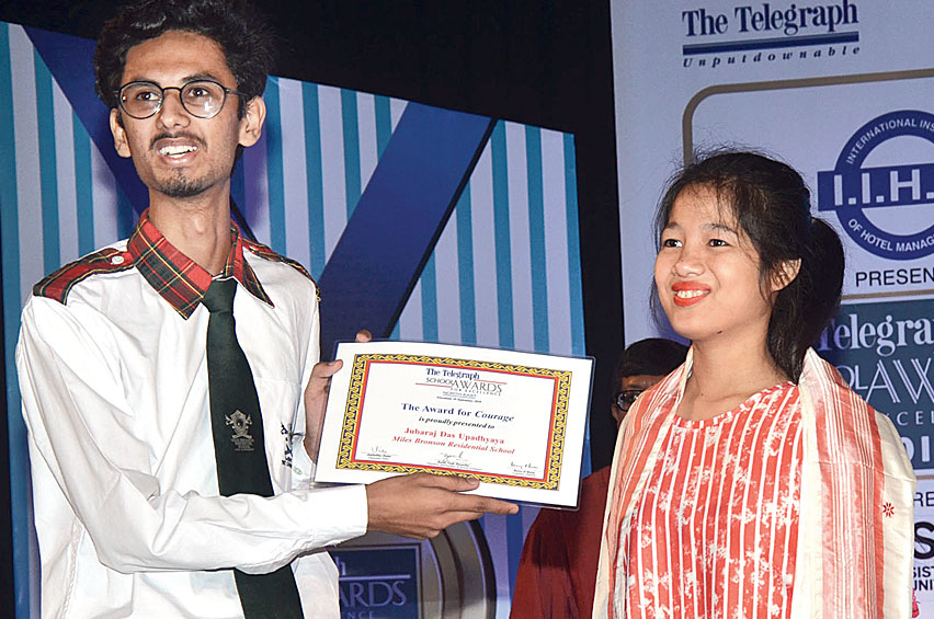Jubaraj Das Upadhyaya receives The Telegraph Education Foundation Award for Courage from Princy Gogoi at Pragjyoti Centre for Performing Arts in Guwahati on Saturday.
