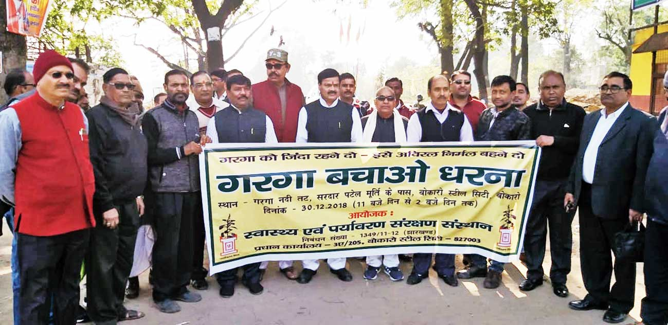 Environmentalists at the dharna site in Chas, Bokaro, on Sunday.