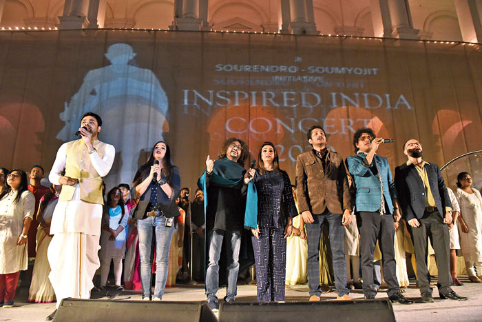 (L-R) Soumyojit, Somlata, Rupam, Akriti, Parambrata and Papon sang the National Anthem at the end of the programme.