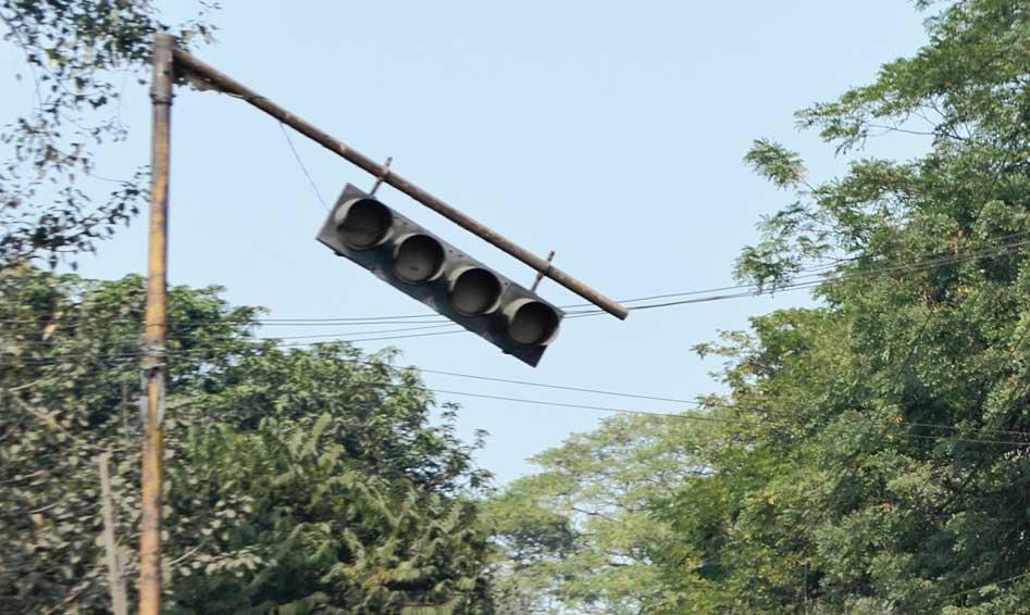 Defunct traffic lights at Puja Talkies Chowk in Dhanbad.