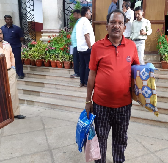 Karnataka BJP MLA Prabhu Chavan arrives at Vidhana Soudha with a pillow and bedsheet for the overnight dharna in the Assembly.
