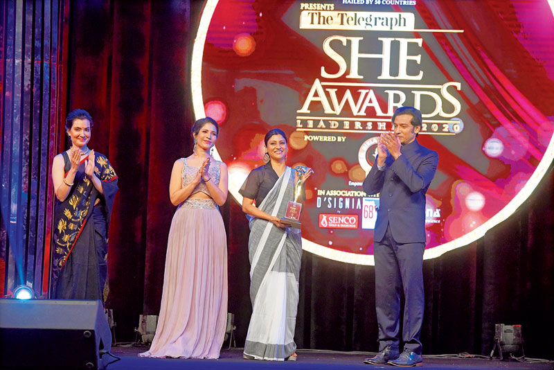 Konkona Sensharma receives her award from Arpita, Tota Roy Choudhury and Richa Sharma, brand ambassador of David & Goliath.