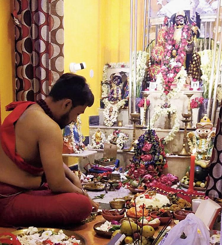 Arnab performs Phalaharini Kali puja at home on Sunday