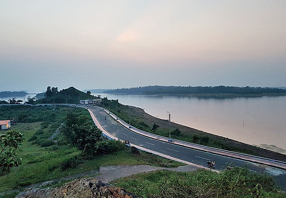 Mukutmanipur Dam offers the most beautiful views of the lake, especially during sunset. Built in the 1950s over the Kangsabati and Kumari rivers, the dam is 11km long and allows pedestrians and motorists on it
