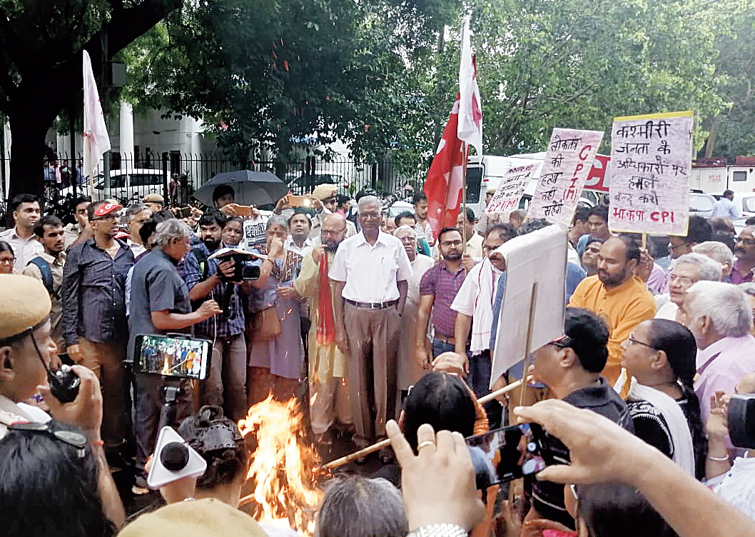 Leaders of Left parties burn an effigy of the Modi government on Parliament Street