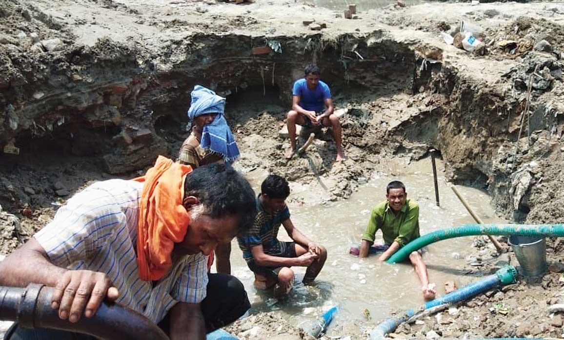 A Calcutta Municipal Corporation team tries to repair the pipe leak in Salt Lake on Sunday.