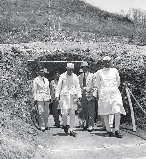 Jawaharlal Nehru visits workshops and laboratories at the Campsite Hirakud Dam