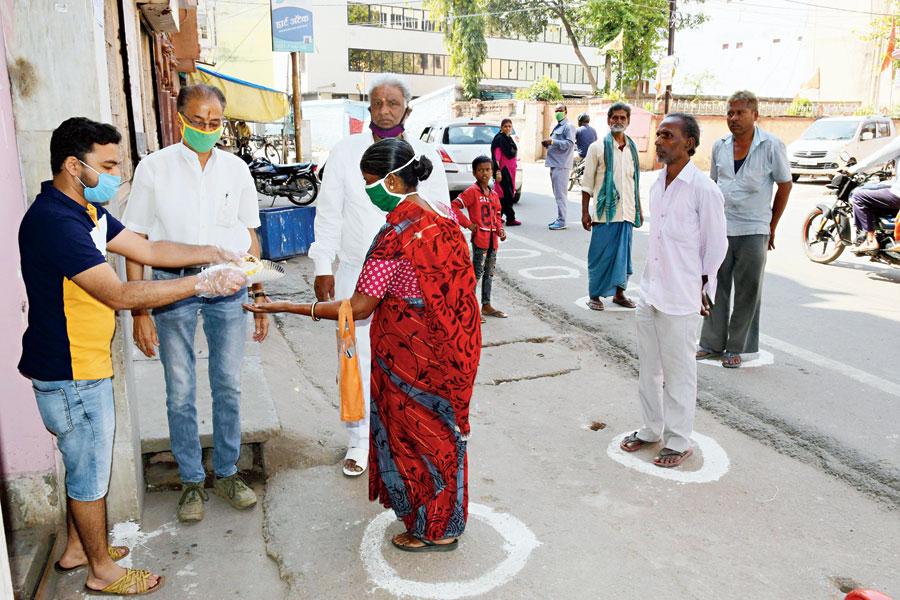 Members of Maheshwari Samaj distribute food to the needy at Upper Bazar in Ranchi
