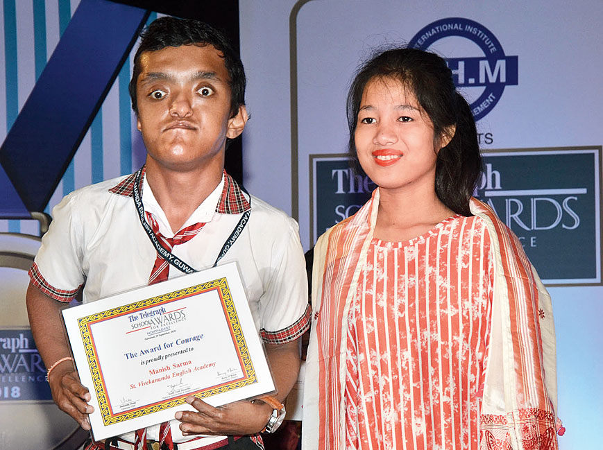 Manish Sarma receives The Telegraph Education Foundation Award for Courage from Princy.