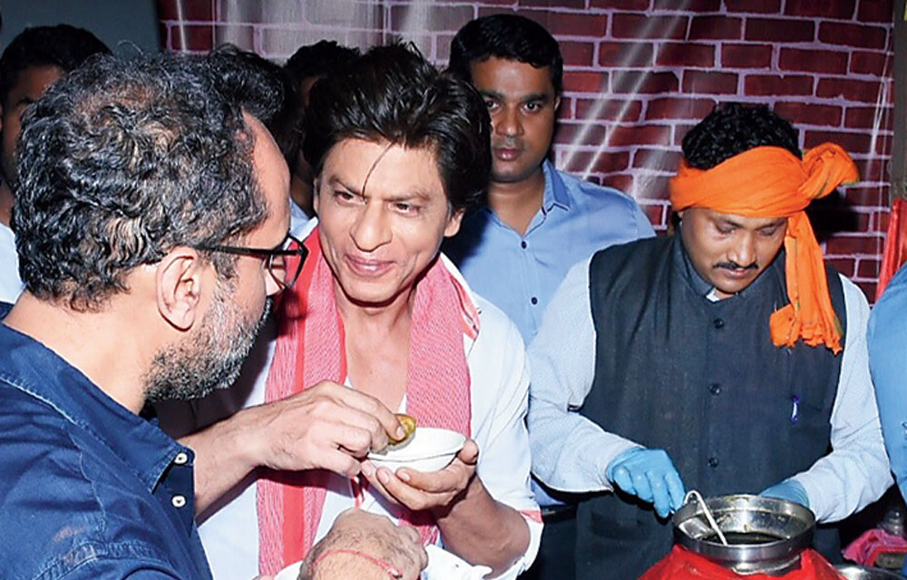 After he met all the fans outside the theatre, SRK sat down to try the food from the stalls that were set up inside the theatre. He relished the aloo tikkis.