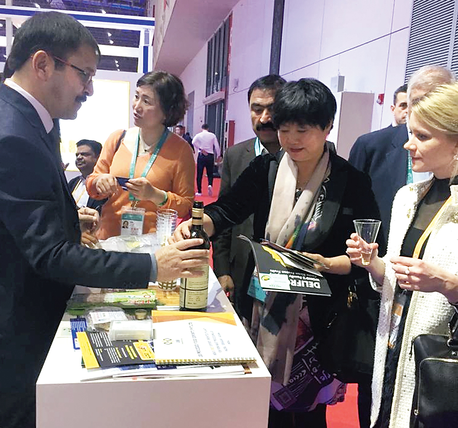 Visitors savour kiwi wine at the Shanghai expo